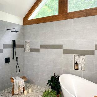 Свежая идея для дизайна: большая главная ванная комната в современном стиле с фасадами в стиле шейкер, черными фасадами, отдельно стоящей ванной, душевой комнатой, унитазом-моноблоком, серой плиткой, керамической плиткой, белыми стенами, полом из керамической плитки, врезной раковиной, мраморной столешницей, серым полом, открытым душем, белой столешницей, нишей, тумбой под две раковины, напольной тумбой, сводчатым потолком и деревянными стенами - отличное фото интерьера