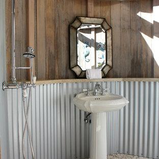 Inspiration för ett eklektiskt badrum, med ett piedestal handfat och klinkergolv i småsten