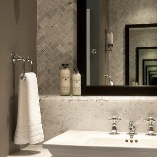 Klassisk inredning av ett badrum, med marmorbänkskiva och marmorkakel
