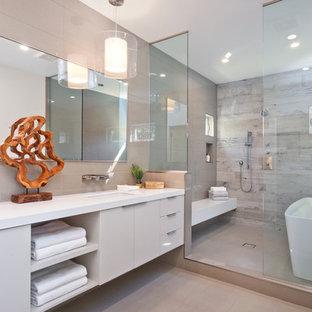 Idéer för ett modernt en-suite badrum, med släta luckor, beige skåp, ett fristående badkar, en dubbeldusch, grå kakel, ett undermonterad handfat och med dusch som är öppen