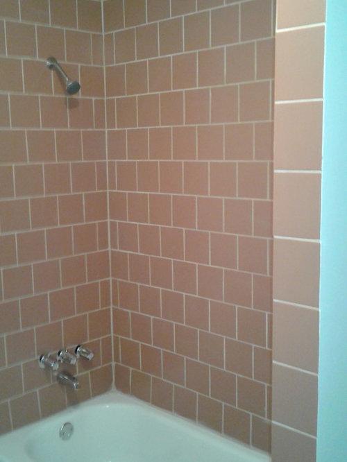 Stanza da bagno con piastrelle arancioni e piastrelle in - Piastrelle in ardesia ...