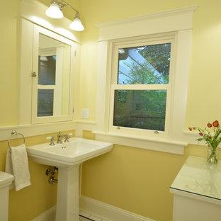 Foto di una piccola stanza da bagno american style con ante a filo, ante bianche, WC a due pezzi, pistrelle in bianco e nero, piastrelle in ceramica, pareti gialle, pavimento con piastrelle in ceramica, lavabo a colonna e top in vetro