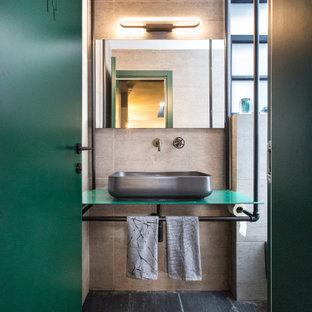 Пример оригинального дизайна: маленькая ванная комната в стиле лофт с серой плиткой, керамогранитной плиткой, полом из керамогранита, душевой кабиной, столешницей из нержавеющей стали, зеленой столешницей, настольной раковиной и серым полом