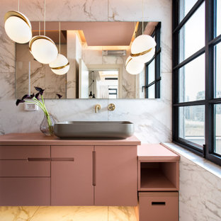 Свежая идея для дизайна: маленькая главная ванная комната в современном стиле с инсталляцией, керамогранитной плиткой, белыми стенами, полом из керамогранита, столешницей из дерева, белым полом, розовой столешницей, плоскими фасадами, белой плиткой и настольной раковиной - отличное фото интерьера