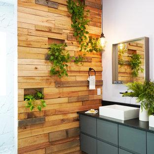 Idéer för ett mellanstort modernt svart en-suite badrum, med släta luckor, grå skåp, en kantlös dusch, en toalettstol med hel cisternkåpa, vit kakel, porslinskakel, lila väggar, mosaikgolv, ett fristående handfat, granitbänkskiva, vitt golv och med dusch som är öppen