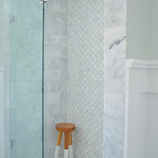 Diseño de cuarto de baño principal, clásico, de tamaño medio, con puertas de armario grises, suelo de mármol, encimera de mármol, ducha empotrada, sanitario de dos piezas, baldosas y/o azulejos blancos, paredes azules, lavabo bajoencimera y armarios con paneles empotrados