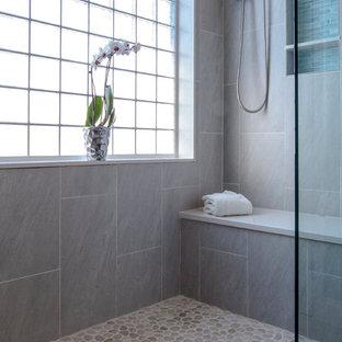 Foto de cuarto de baño principal, moderno, grande, con baldosas y/o azulejos grises, ducha abierta, baldosas y/o azulejos de porcelana, paredes grises y suelo de baldosas tipo guijarro