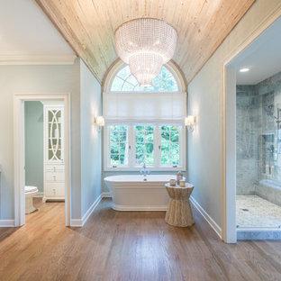 Idéer för ett stort klassiskt vit en-suite badrum, med skåp i shakerstil, vita skåp, ett fristående badkar, en dubbeldusch, en toalettstol med hel cisternkåpa, grå kakel, mellanmörkt trägolv, ett undermonterad handfat och dusch med gångjärnsdörr
