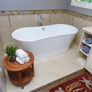 Immagine di una stanza da bagno padronale tradizionale di medie dimensioni con ante lisce, ante bianche, vasca freestanding, piastrelle beige, piastrelle di vetro, pareti blu, pavimento in sughero, lavabo sottopiano e top in quarzo composito