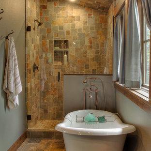 Ispirazione per una stanza da bagno padronale stile rurale di medie dimensioni con ante lisce, vasca con piedi a zampa di leone, doccia alcova, piastrelle multicolore, piastrelle in ardesia, pareti verdi, pavimento in ardesia, pavimento multicolore e porta doccia a battente