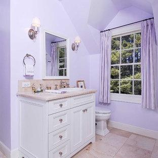 サンフランシスコのトラディショナルスタイルのおしゃれな浴室 (オーバーカウンターシンク、落し込みパネル扉のキャビネット、白いキャビネット、ベージュのタイル、紫の壁、ピンクの床) の写真