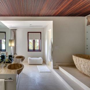 Inspiration för ett funkis brun brunt badrum, med släta luckor, ett fristående badkar och vita väggar