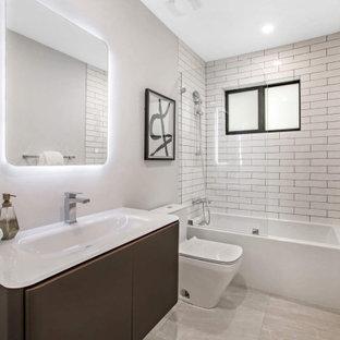 Idee per una stanza da bagno minimal di medie dimensioni con ante lisce, ante marroni, vasca ad alcova, piastrelle bianche, piastrelle diamantate, top bianco, un lavabo, mobile bagno sospeso, vasca/doccia, pareti bianche, lavabo integrato, pavimento grigio e doccia aperta