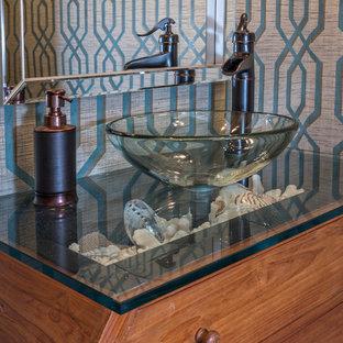 Idee per una piccola stanza da bagno con doccia stile marinaro con consolle stile comò, ante in legno scuro, parquet scuro, lavabo a bacinella e top in vetro