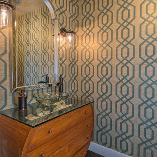 Immagine di una piccola stanza da bagno con doccia stile marinaro con consolle stile comò, ante in legno scuro, parquet scuro, lavabo a bacinella e top in vetro