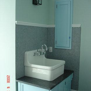 Esempio di una stanza da bagno padronale classica di medie dimensioni con lavabo a bacinella, ante in stile shaker, ante in legno bruno, top in saponaria, vasca freestanding, WC monopezzo, piastrelle blu, piastrelle di vetro, pareti blu e pavimento con piastrelle in ceramica