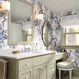 Idéer för att renovera ett vintage badrum, med gröna skåp och flerfärgade väggar