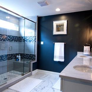 Idéer för att renovera ett vintage en-suite badrum, med en dusch i en alkov, blå väggar, ett undermonterad handfat och dusch med gångjärnsdörr