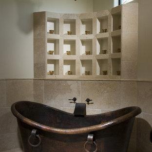 Esempio di una stanza da bagno mediterranea con vasca freestanding