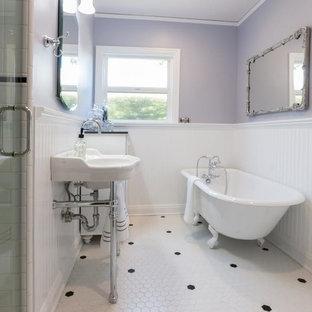 Idéer för ett mellanstort shabby chic-inspirerat en-suite badrum, med ett badkar med tassar, en dusch i en alkov, vit kakel, tunnelbanekakel, klinkergolv i porslin, ett väggmonterat handfat, bänkskiva i akrylsten, vitt golv, dusch med gångjärnsdörr, möbel-liknande, vita skåp, en toalettstol med separat cisternkåpa och grå väggar
