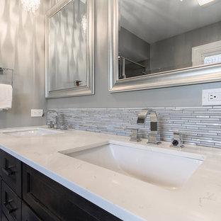 Ejemplo de cuarto de baño con ducha, romántico, grande, con lavabo bajoencimera, armarios estilo shaker, puertas de armario grises, encimera de cuarzo compacto, ducha empotrada, sanitario de una pieza, baldosas y/o azulejos grises, baldosas y/o azulejos de porcelana, paredes grises, suelo de baldosas de porcelana y suelo beige
