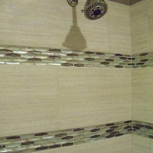 Modelo de cuarto de baño principal, romántico, pequeño, con armarios tipo mueble, puertas de armario con efecto envejecido, ducha empotrada, sanitario de dos piezas, baldosas y/o azulejos grises, baldosas y/o azulejos de cerámica, paredes beige, suelo con mosaicos de baldosas, lavabo bajoencimera y encimera de cuarzo compacto