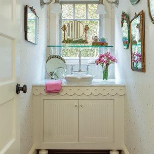 Inredning av ett shabby chic-inspirerat litet badrum med dusch, med skåp i shakerstil, vita skåp, ett fristående handfat, marmorbänkskiva, flerfärgade väggar och mörkt trägolv