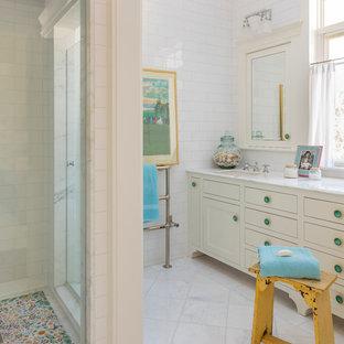 Diseño de cuarto de baño principal, romántico, grande, con armarios estilo shaker, puertas de armario blancas, encimera de mármol, baldosas y/o azulejos blancos, baldosas y/o azulejos de cemento, lavabo bajoencimera, ducha esquinera, suelo de mármol y suelo blanco