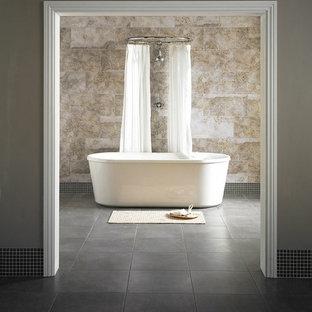 Großes Shabby-Chic Badezimmer mit freistehender Badewanne, Duschbadewanne, braunen Fliesen, Steinplatten, brauner Wandfarbe und Schieferboden in London