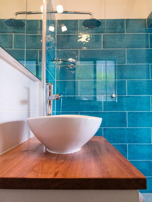 badezimmer mit toilette mit aufsatzsp lkasten und blauer. Black Bedroom Furniture Sets. Home Design Ideas