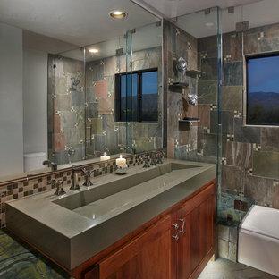 Foto di una piccola stanza da bagno chic con lavabo rettangolare, top in cemento, vasca ad alcova, vasca/doccia, WC a due pezzi, piastrelle a mosaico, pareti grigie e pavimento in mattoni