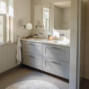 Lantlig inredning av ett badrum med dusch, med skåp i shakerstil, beige skåp, beige väggar, ett undermonterad handfat och beiget golv