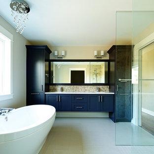 Idee per una grande stanza da bagno padronale tradizionale con ante in stile shaker, ante nere, vasca freestanding, doccia aperta, piastrelle beige, piastrelle di ciottoli, pareti beige, pavimento in marmo, lavabo sottopiano e top in quarzite