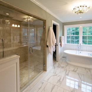 Foto di una stanza da bagno tradizionale con lavabo da incasso, ante in legno bruno, vasca freestanding, doccia alcova e piastrelle beige