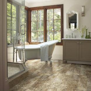 Idéer för att renovera ett mellanstort vintage en-suite badrum, med skåp i shakerstil, beige skåp, ett fristående badkar, en hörndusch, en toalettstol med separat cisternkåpa, vita väggar, laminatgolv, ett undermonterad handfat och bänkskiva i kvarts