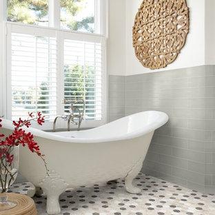 Esempio di una stanza da bagno con doccia minimal di medie dimensioni con vasca con piedi a zampa di leone, piastrelle grigie, piastrelle diamantate, pareti bianche, pavimento con piastrelle in ceramica e pavimento multicolore