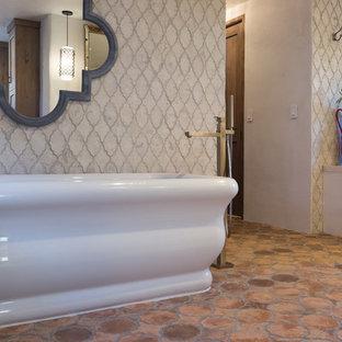 Ejemplo de cuarto de baño principal, rural, grande, con bañera exenta, ducha esquinera, baldosas y/o azulejos multicolor, baldosas y/o azulejos de terracota, paredes beige y suelo de baldosas de terracota