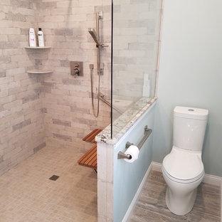Foto di una stanza da bagno padronale stile americano di medie dimensioni con ante in stile shaker, ante bianche, zona vasca/doccia separata, WC a due pezzi, piastrelle grigie, piastrelle in ceramica, pareti blu, pavimento con piastrelle in ceramica, lavabo sottopiano, top in granito, pavimento beige e doccia aperta
