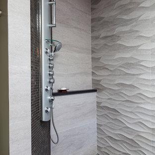 Свежая идея для дизайна: главная ванная комната среднего размера в стиле модернизм с плоскими фасадами, коричневыми фасадами, японской ванной, душем без бортиков, раздельным унитазом, серой плиткой, керамогранитной плиткой, серыми стенами, полом из керамогранита, монолитной раковиной, столешницей из бетона, черным полом и открытым душем - отличное фото интерьера