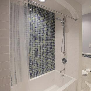 Idee per una stanza da bagno con doccia tradizionale di medie dimensioni con vasca ad alcova, vasca/doccia, WC monopezzo, piastrelle blu, piastrelle di vetro, pareti grigie, pavimento bianco e doccia con tenda