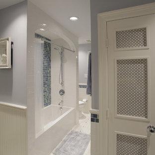 Ispirazione per una stanza da bagno con doccia chic di medie dimensioni con vasca ad alcova, vasca/doccia, WC monopezzo, piastrelle blu, piastrelle di vetro, pareti grigie, pavimento bianco e doccia con tenda