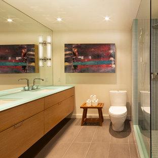 Esempio di una stanza da bagno padronale minimalista di medie dimensioni con lavabo sottopiano, ante lisce, top in vetro, doccia aperta, WC a due pezzi, piastrelle blu, piastrelle di vetro, pareti bianche, pavimento in gres porcellanato, ante in legno scuro e top turchese