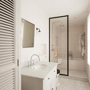 Foto di una stanza da bagno contemporanea di medie dimensioni con ante a persiana, ante beige, vasca ad alcova, zona vasca/doccia separata, piastrelle beige, pareti beige e lavabo sottopiano