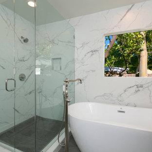 Idéer för stora funkis grått en-suite badrum, med luckor med infälld panel, grå skåp, ett fristående badkar, en hörndusch, en toalettstol med hel cisternkåpa, vit kakel, marmorkakel, vita väggar, klinkergolv i keramik, ett undermonterad handfat, marmorbänkskiva, grått golv och dusch med gångjärnsdörr