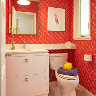 Esempio di una piccola stanza da bagno per bambini moderna con ante lisce, ante bianche, doccia alcova, WC a due pezzi, pareti multicolore, pavimento con piastrelle a mosaico, lavabo sottopiano, top in quarzo composito, pavimento multicolore e porta doccia a battente