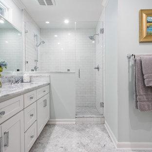 Immagine di una stanza da bagno padronale classica di medie dimensioni con ante in stile shaker, ante bianche, doccia alcova, piastrelle bianche, piastrelle diamantate, pavimento con piastrelle a mosaico, lavabo sottopiano, pareti blu, top in marmo e porta doccia a battente