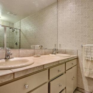 Diseño de cuarto de baño con ducha, clásico, de tamaño medio, con armarios con paneles lisos, puertas de armario beige, ducha empotrada, sanitario de una pieza, baldosas y/o azulejos beige, baldosas y/o azulejos de cerámica, paredes beige, suelo de baldosas de cerámica, lavabo encastrado y encimera de azulejos