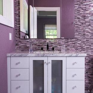 Неиссякаемый источник вдохновения для домашнего уюта: маленькая ванная комната в современном стиле с врезной раковиной, стеклянными фасадами, белыми фасадами, мраморной столешницей, разноцветной плиткой, плиткой мозаикой, фиолетовыми стенами, мраморным полом, душевой кабиной и унитазом-моноблоком