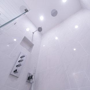 Diseño de cuarto de baño principal, moderno, pequeño, con armarios con paneles lisos, puertas de armario marrones, ducha empotrada, sanitario de pared, baldosas y/o azulejos blancos, baldosas y/o azulejos de porcelana, paredes blancas, suelo de baldosas de porcelana, lavabo integrado, suelo blanco y ducha con puerta con bisagras