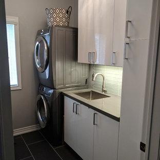 他の地域の中くらいのコンテンポラリースタイルのおしゃれなマスターバスルーム (フラットパネル扉のキャビネット、白いキャビネット、コーナー設置型シャワー、一体型トイレ、白いタイル、磁器タイル、紫の壁、セラミックタイルの床、珪岩の洗面台、開き戸のシャワー、グレーの床) の写真